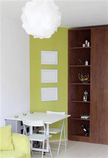 couleur salle à manger vert pomme, blanc en contraste avec armoire étagères chêne foncé