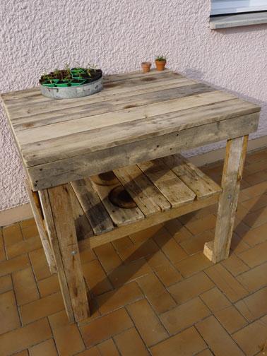 Desserte fabriquée avec des palettes bois pour le jardin. Peut aussi faire un établi pour le jardin