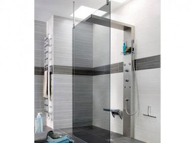Douche italienne dans salle de bain design. Receveur douche extra plat. Carrelage douchecouleur gris et blanc. Paroi verre fumé