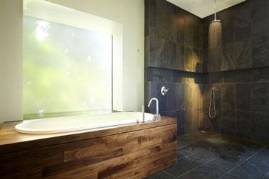 Carrelage mur douche douche italienne en pierre naturelle. Tablier baignoire bois exotique