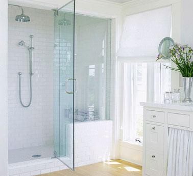 Douche italienne dans salle de bain blanche. carrelage douche et peinture blanc. Receveur douche sur socle surélevé