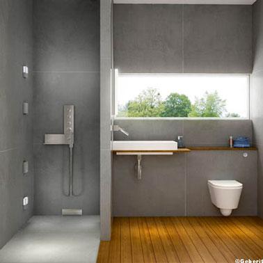 Douche italienne dans salle de bain design Gerberit. Carrelage gris, sol bois exotique