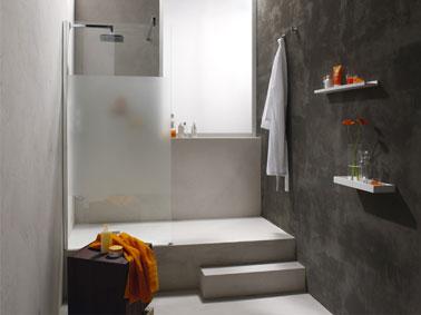 salle de bain italienne installée grace au sol relevé au niveau de la douche pour encastrer le receveur. Leroy Merlin