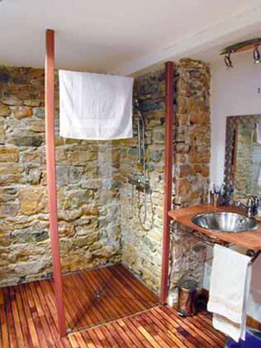 Douche italienne salle de bain maison campagne. Receveur douche en bois exotique.