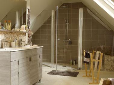 salle de bain italienne installée sous combles fermée avec paroi de verre. murs et sol carrelé, meuble sous vasque gris perle