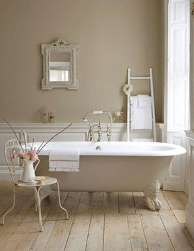 Décoration salle de bain. Peinture couleur lin pour les murs et la baignoire. Photo Little Green