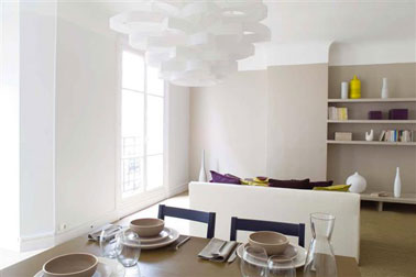 couleurs salle à manger dominante de couleurs naturelles ponctuée de touches de couleurs vives, violet et jaune pour les accessoires de décoration