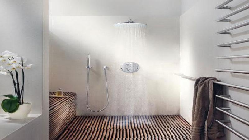 La salle de bain de type italienne a tout pour plaire avec ses possibilités d'être installée quelque soit la surface de la salle de bain. En surélevant le sol, en encastrant un receveur extra plat, en misant sur des couleurs zen, sur le béton ou le carrelage, la salle de bain italienne s'aménage dans une construction neuve mais aussi sous les combles ou dans une salle de bain existante en surélevant le sol.