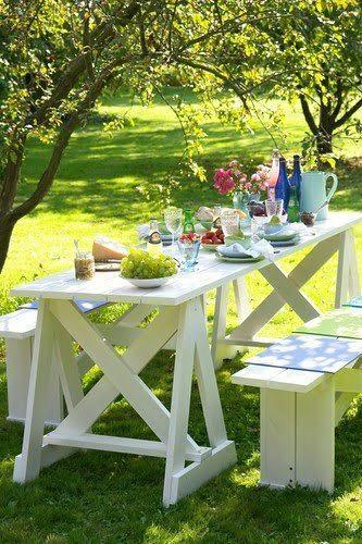 Un salon de jardin en palette pour des déjeuners bucoliques. L'ensemble plateau de table, tréteaux et banc de jardin est fabriqué avec des palettes de récup puis peint avec une peinture blanche