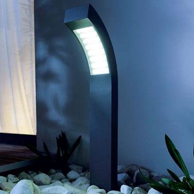 Borne luminaire extérieur à LED à planter dans les allées du jardin ou près de la porte d'entrée de la maison