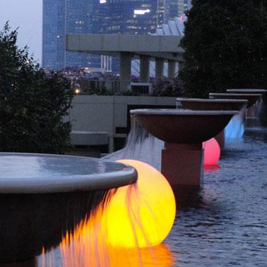 luminaire extérieur forme boule éclairage par LED avec variateur de couleurs par télécommande. Peut se mettre dans une piscine