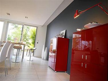 déco salle à manger moderne avec mobilier blanc en contraste avec mur gris anthracite fintion mat et deux buffets rouge vif finition laquée