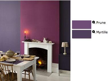 salle à manger couleur peinture prune et myrtille en contaste avec cheminée, boiseries et table bois de couleur blanche