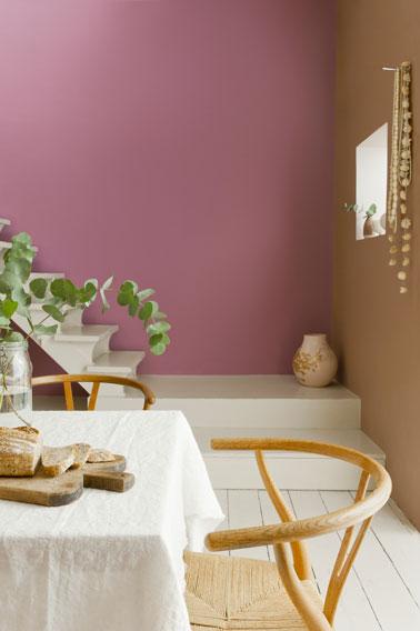 Couleurs salle à manger pour une ambiance raffinée et féminine. Couleur mur rose Boudoir et Macaron café de Dulux Valentine