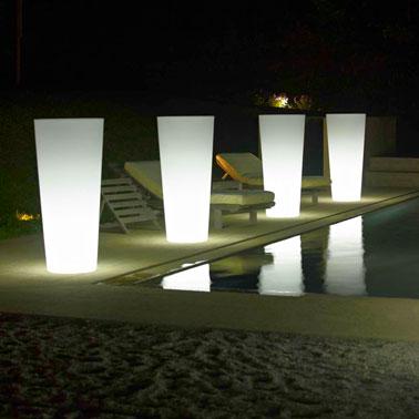 Un luminaire extérieur design pour piscine, de grands pots façon jarre avec lumineux éclairage blanc