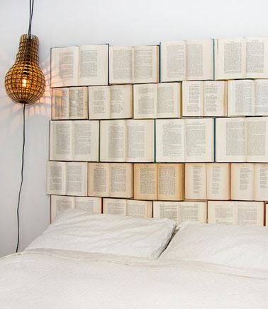 Une tête de lit pour les amoureux des mots ou des accumulations d'objets. Pour fabriquer cette tête de lit oh combien originale il suffit de faire découper une plaque de contreplaqué de la hauteur du lit augmentée de 1 mètre. Tracez une ligne au crayon pour marquer la hauteur du lit. positionnez les livres ouverts sur la partie du haut de manière à couvrir la partie haute puis fixer les livres en les clouant sur le contreplaqué