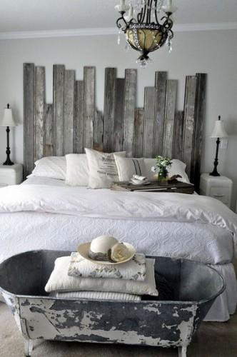 Une tête de lit fabriquée avec des planches de bois de récup aspect bois flotté c'est super dans une chambre grise et blanche. Pour le côté sympa, il est préférable de varier les longueurs de planches.