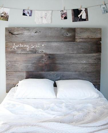 une tête de lit à fabriquer avec de larges lames de parquet ancien légèrement poncées puis passées au badigeon gris. Les lames sont assemblées et vissées sur deux tasseaux avant de fixer l'ensemble au mur.