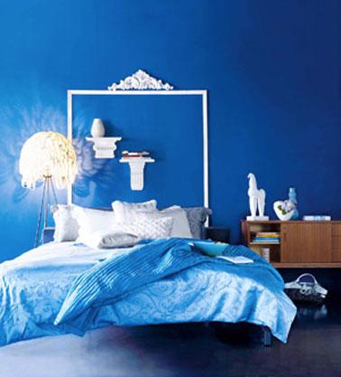 Une tête de lit qui imprime un style baroque dans cette chambre bleu et blanche. Sur le mur peint en bleu Marmara, le cadre de la tête de lit est formé à l'aide de baguettes de bois moulurées et peintes en blanc. Pour reprendre l'esprit des têtes de lit de nos grands-mères, une frise en staff est collée sur le dessus de la tête de lit