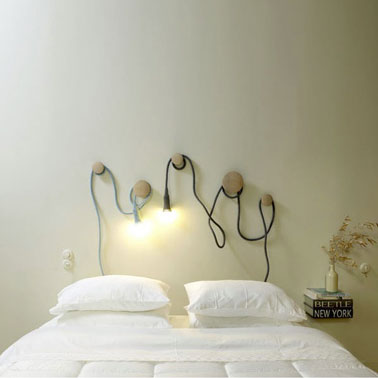 Une Tête de lit lumineuse. Pour la fabriquer, rien de plus simple : 5 patères en bois naturel et une baladeuse ampoules basse tension