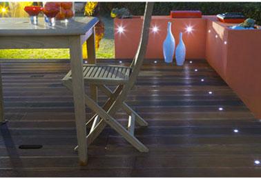 Luminaire pour sol terrasse bois. Spot blanc à encastrer  dans support bois. Ampoules LED