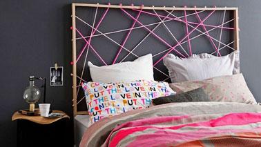 Une tête de lit avec des cordes de couleurs c'est originale et facile à réaliser. Sur un cadre de bois construit avec des tasseaux carrés de 2 cm de section, percez 13 trous sur le tasseau du haut de la tête de lit et 8 trous sur les tasseaux latéraux