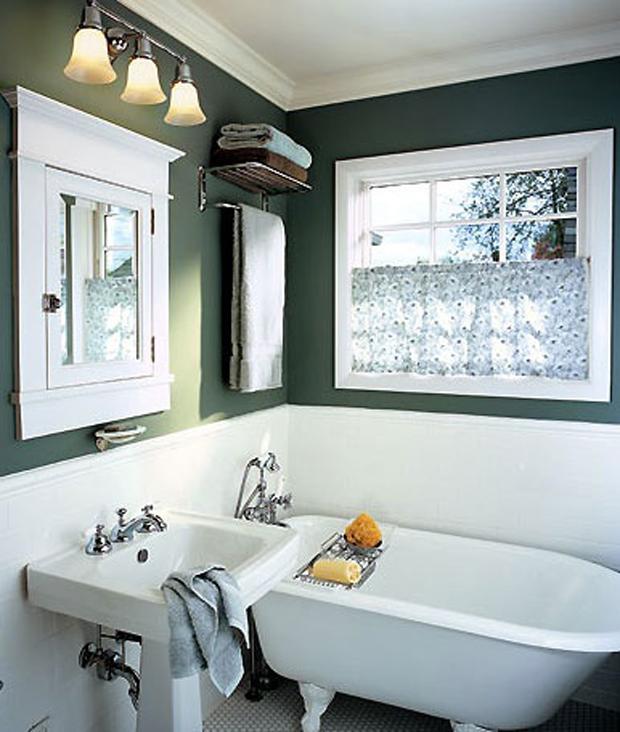 Couleur peinture salle de bain. Une peinture couleur vert anglais pour une décoration de salle de bain de style rétro à associer avec des éléments sanitaires blanc et un touche de couleur chaude avec des draps de bains marron
