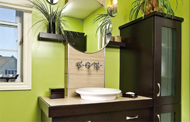 Une salle de bain couleur vert anis et chêne foncé pour une déco à la fois peps et nature.