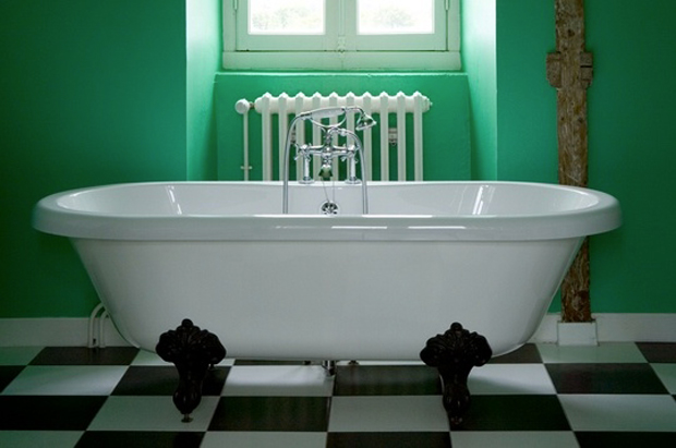 Couleur salle de bain vert et blanc. Une association de couleurs fraiches et relaxantes. couleur peinture vert menthe, baignoire retro blanc pur. Au sol, un carrelage en damier noir et blanc pour compléter le style vintage