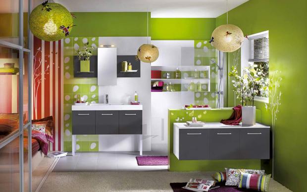 salle de bain couleur vert olive dans une chambre d'ado aux couleurs peps rouge et violet. Les meubles de la salle de bain gris et blanc pour apporter une touche de neutralité