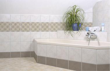 Carrelage adhésif salle de bain assurant une étanchéité des murs près baignoire et dans la douche. modèle SPRING LOVER couleur taupe de Folii
