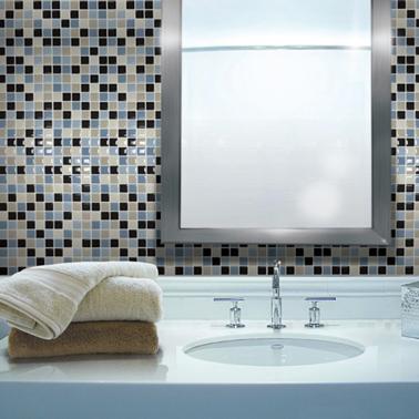 Carrelage adhésif salle de bain. Carrelage imitation mosaïque 2X2 posé sur mur de vasque couleurs des plaques adhésives : beige, noir et deux nuances de gris