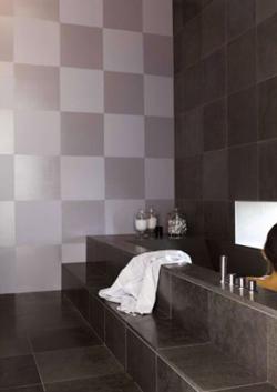 Idée déco  avec la peinture carrelage mural dans la salle de bain : faire un damier avec deux finitions de peinture carrelage. Ici, peinture gris mat et peinture gris métal brillant