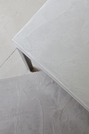 Béton ciré minéral pour peindre table salon couleur gris