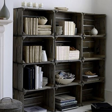Bibliothèque ou solution rangement dans le salon avec des caisses en bois à recouvrir de peinture ou de lasure