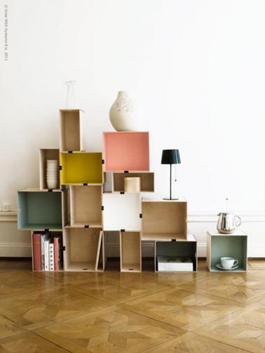 Une idée de bibliothèque à fabriquer soi-même avec des caisses en bois de récup et peintes dans des couleurs en harmonie avec le salon. Fixer les caisses entre elles avec des pinces à dessin