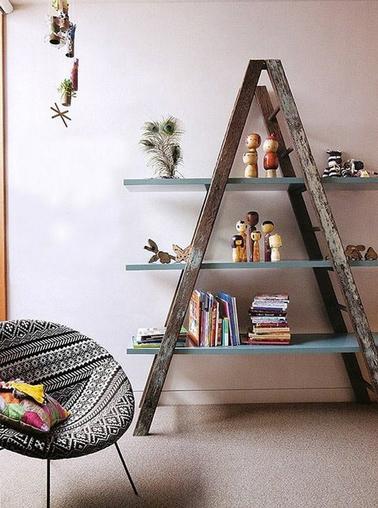 Pour faire une étagère avec une échelle en bois, fixez 3 ou 4 planches en MDF après les avoir peintes ou directement des planches en stratifié de couleur sur lesquelles vous pourrez ranger livres ou présenter bibelots dans le salon ou la chambre