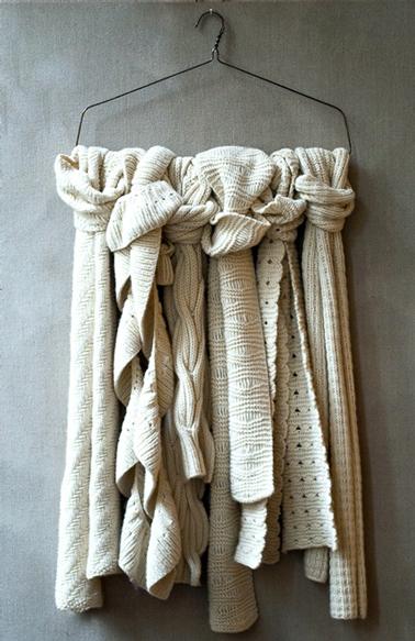 rangement foulards dans chambre crochés sur porte-manteau fixé au mur