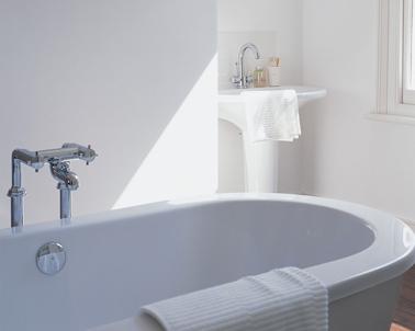 Mettez en valeur le blanc pur de la peinture de la salle de bain avec sanitaires aux lignes contemporaine. Baignoire couleur Hammam.