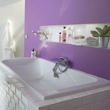 couleur peinture salle de bain violet brillant sur mur baignoire et blanc pour une ambiance vivifiante