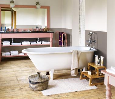 couleur peinture lin et taupe pour relooker une salle de bain rustique. Console en bois peinte en rose Malice de Dulux Valentine