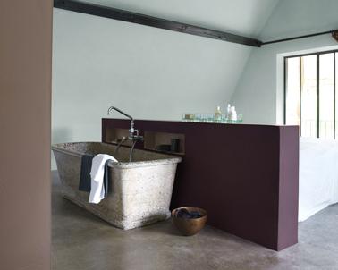 Espace salle de bain dans chambre. Muret séparation couleur peinture prune, peinture murale vert d'eau et taupe