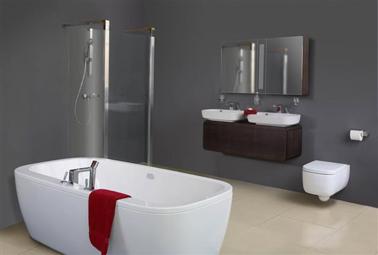 Couleur peinture salle de bain gris acier pour une salle de bain design associée à des éléments sanitaire blanc et carrelage sol beige