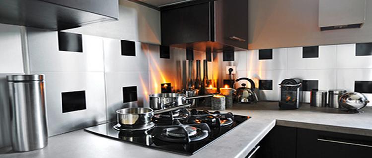 La crédence de cuisine avec du carrelage adhésif inox ou aluminium une solution pour l'aménagement ou la rénovation de la cuisine. Les carreaux d'inox se découpent facilement à la scie.
