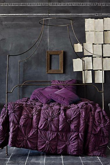 Deco chambre couleur violet aubergine avec une peinture gris anthracite pour la déco de chambre baroque