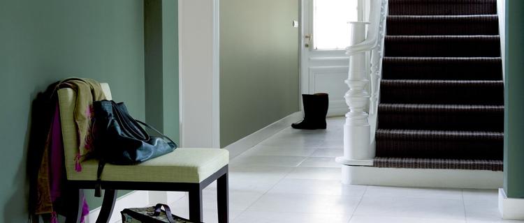 La déco de l'entrée de maison avec une belle couleur peinture c'est accueillant ! gris, vert blanc, bleu... Idées couleur déco pour entrée et couloir de la maison