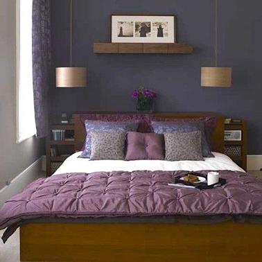 Déco chambre adulte autour du violet pour créer une douce harmonie avec le lit et les chevets en chêne foncé