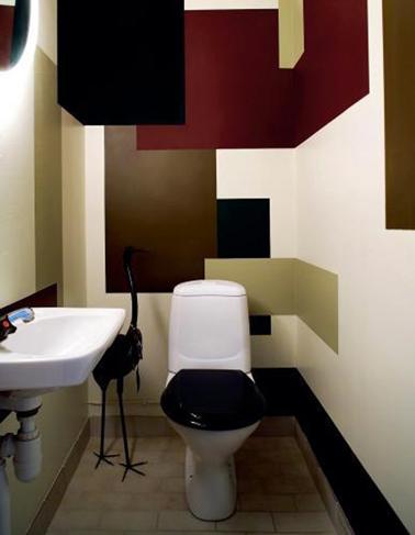 Déco WC avec jeu de couleurs et formes réalisé avec des restes de pots de peinture acrylique