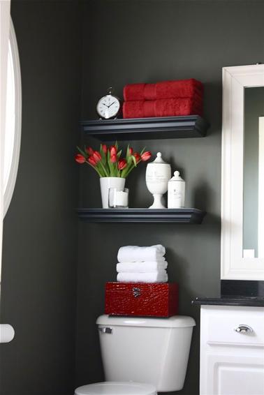 peinture WC couleur gris antracite, étagères noir et éléments de decoration rouge et blanc