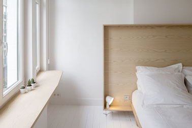 Voilà une tête de lit facile comme tout à fabriquer en utilisant simplement des tasseaux et une planche de contreplaqué pour une déco sobre et élégante dans la chambre
